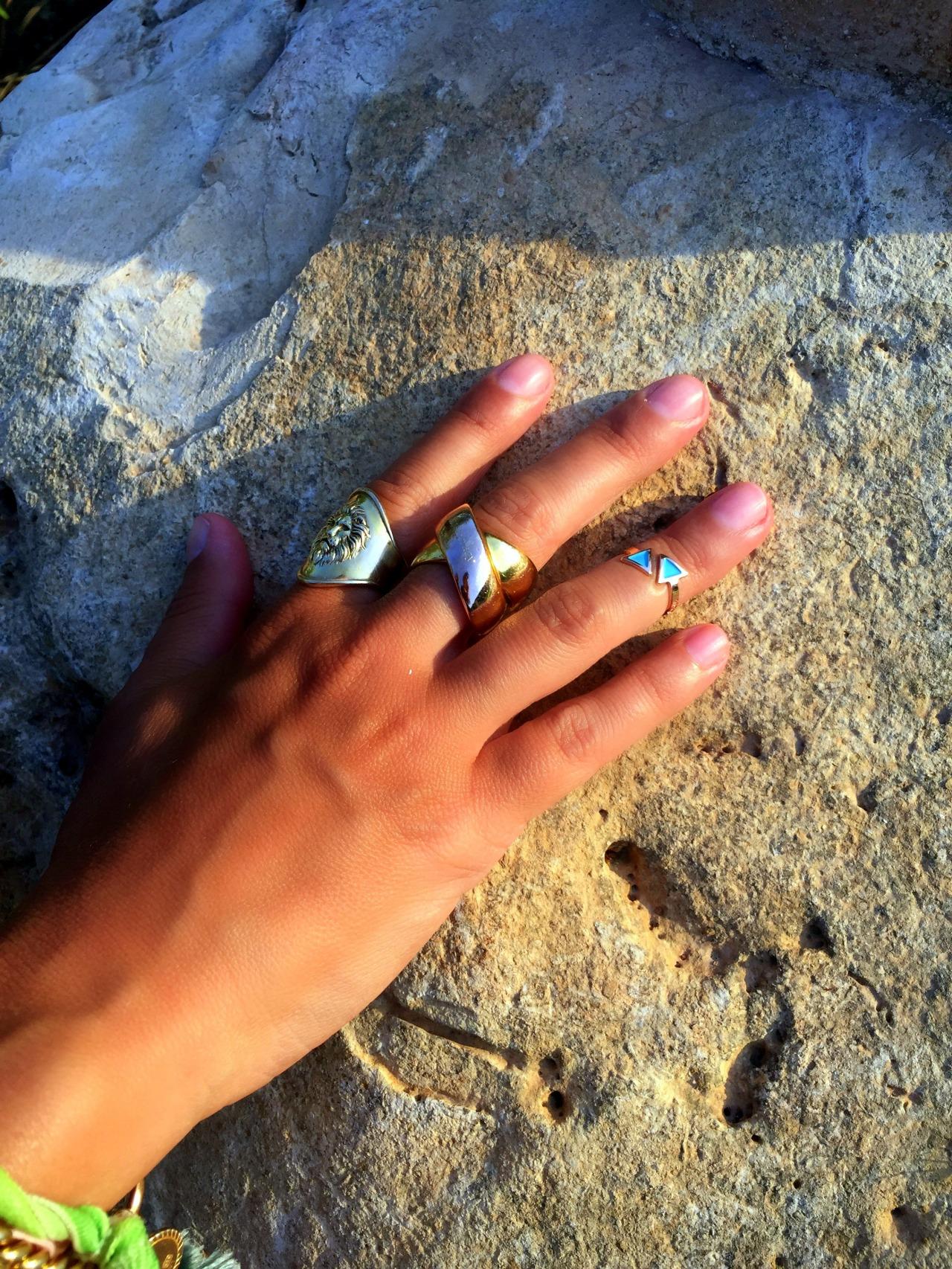 El anillo de medio dedo con piedras azules es de Rita&Zia